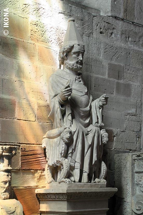 Luxeuil Basilique statue SaintPierre
